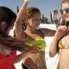 "Au incins partia: Sexy ""sportivele"" fac snowboard in sutien si bikini! (VIDEO)"