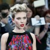 Scarlett Johansson vinde popcorn in Paris