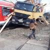 TIR lovit de tren in Bistrita: opt raniti, trei dintre ei copii
