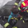 Imagini cu momentul in care o femeie si un copil sunt salvati din hotelul inghitit de nameti (VIDEO)