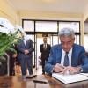 Premierul Tudose a semnat in cartea de condoleante, la Ambasada Spaniei