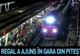 O mare de oameni. Imagini cu momentul in care trenul regal a ajuns in gara din Pitesti (VIDEO)