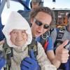 Sare cu parasuta la 102 ani