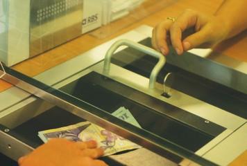 Legea care permite amânarea plății ratelor bancare, adoptată de deputați