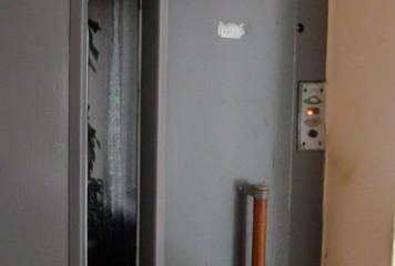 Un lift cu patru oameni a picat în gol, la Constanţa