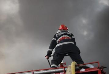 Aproape 20 de oameni evacuați din apartamente, în urma unui incendiu