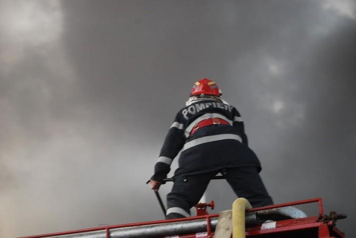 Incendiu urias la un depozit din Odorheiu Secuiesc: oameni raniti