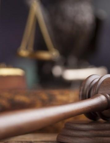 CCR amână din nou sesizările Opoziţiei privind modificarea Codurilor penale