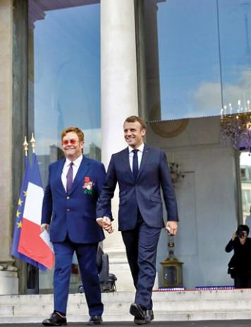 Ca baietii: Elton John de mana cu Emmanuel Macron