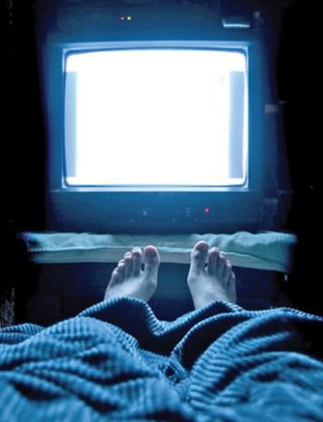 Dormitul cu televizorul deschis ingrasa femeile