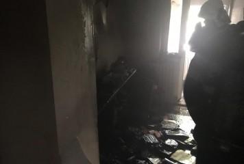 Incendiu intr-un bloc din Giurgiu – 12 oameni evacuati, cinci au ajuns pe mana medicilor