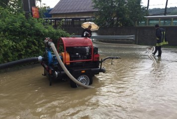 Inundatiile continua sa faca probleme. Apa in case si restrictii pe DN-uri si DJ-uri