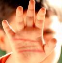 Copil bătut crunt de un grup de adolescenți – printre care și o fată (VIDEO)