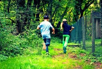 Copii alergaţi de un bărbat înarmat cu două CUŢITE în Parcul Tineretului