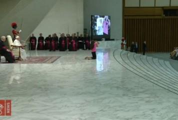 Îndemn la toleranță. Papa Francisc, gest admirabil față de o fetiță bolnavă (VIDEO)