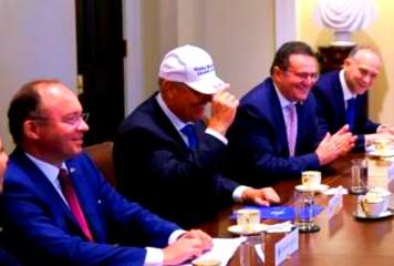 Trump a folosit țeasta președintelui Iohannis pe post de pancartă electorală