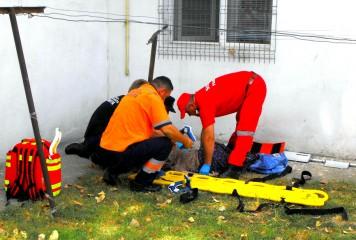 O fată a căzut de la ETAJUL 8. Este în COMĂ la spital