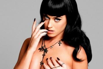Katy Perry, acuzată că a tras de lenjerie un bărbat și a sărutat forţat o femeie