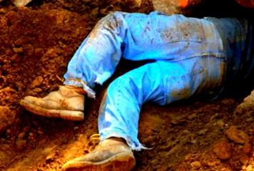 CRIMĂ înfiorătoare: Un tânăr și-a ucis tatăl cu SAPA