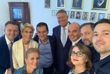 Iohannis, pozat alături de liberali
