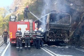 Un autocar a luat foc pe Defileul Jiului