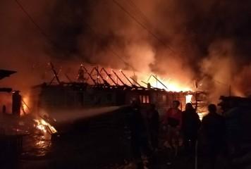 Incendiu puternic în Hunedoara. Un om a murit, o tânără a fost dusă la spital