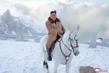 Kim Jong-un sfidează SUA călare pe un cal alb
