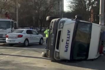 Dubă a Poliției, răsturnată într-o intersecție din Capitală