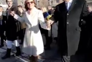 Carmen Iohannis s-a prins în horă alături de preşedinte. Detaliul ce n-a fost trecut cu vederea (VIDEO)