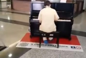 """""""Don't stop me now!""""/Cadru medical surprins cântând la pian într-un spital din Italia (VIDEO)"""
