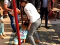 Fetiţă ROMÂNCĂ, smulsă de mascați din sânul familiei de suflet pentru adopție în SUA (VIDEO)