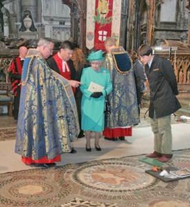 8 regina inspecteaza refacerea mozaicului copy 276x300 Regii britanici, patronati de Sfantul Gheorghe, cavalerul get de Capadochia