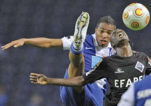 alvaro pereira fc porto copy 300x212 CFR Cluj se umple de bani: ia 4 milioane daca Porto il vinde in Anglia pe Avaro Pereira