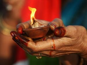 candela india 300x225 Cum a strans un clan de romi 40 de milioane de dolari vrajindu i pe americani!