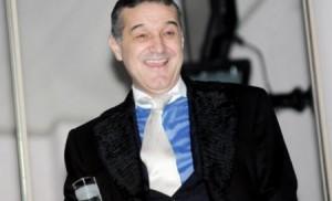 gigi becali a facut spectacol la nunta lui cristi borcea  300x182 Gigi Becali a cantat si a dansat toata noaptea la nunta lui Cristi Borcea (VIDEO)