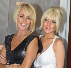 lindsay mama copy 300x285 Lindsay Lohan si mama ei au baut trei sticle de vin in trei ore