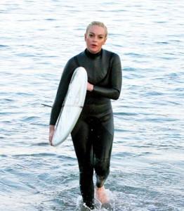lindsay surf hepta copy 262x300 Linday Lohan s a apucat de surfing