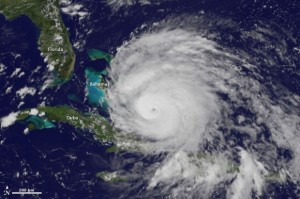 uraganu Irene 2011 300x199 (VIDEO) Uraganul Irene va lovi sambata dimineata SUA cu peste 150 km/h