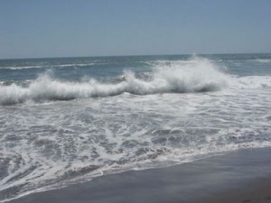 valuri 300x225 Cod rosu pe litoralul romanesc: Valurile mari fac victime!