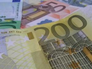 euro bancnote 300x224 Barbat retinut pentru inselatorie cu locuri de munca. Aproape 100 de pagubiti!