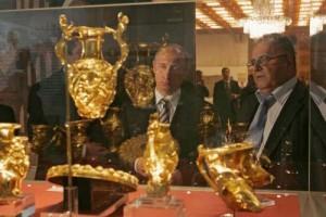4 putin comori 300x200 Bulgarii au dus la Bruxelles comorile regilor geti. Noi ne ducem cu carnatii