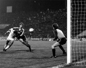 gol cu hamburg 1984 300x238 Ieri fosta glorie a lui Dinamo, azi navetist la Chirnogi