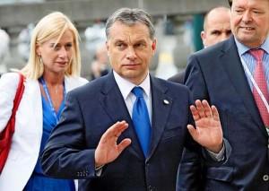 """Viktor Orban gest de aparare 300x213 Ratingul Ungariei a ajuns la categoria """"gunoi"""""""