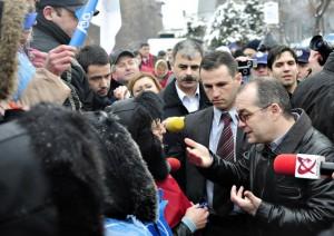 boc huiduit 300x212 ZIUA NATIONALA A ROMANIEI. Premierul Emil Boc, huiduit la Alba Iulia!