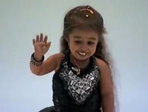 cel mai mic om 300x227 Cea mai mica femeie din lume e o indianca de doar 62 de centimetri inaltime!  VIDEO