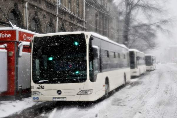 autobuz iarna Trei linii RATB deviate, in urma prabusirii zidului unei foste fabrici