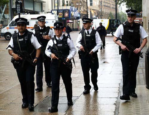 În timpul intervenţiei de sâmbătă seara, poliţiştii londonezi au împuşcat doi civili nevinovaţi VIDEO