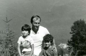 "Traian Basescu cu fetele lu tata Basescu 300x195 ""Fetele lui tata"", Ioana si Elena Bobita Basescu, campioane la inot!"
