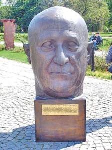 """Monumentul parintilor UE 06 Walter Hallstein 225x300 Cartea care ii innebuneste pe europarlamentari: """"Radacinile naziste ale Bruxelles UE"""""""