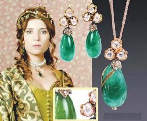 """sultana hatice 300x246 """"Suleyman Magnificul"""" intoarce moda bijuteriilor otomane"""